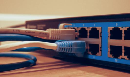 Problem ukrytych stacji w sieciach WiFi a wydajność, czyli dlaczego czasem WiFi działa bardzo wolno